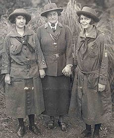Juliette Gordon Low (center) with two Girl Scouts